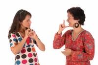 Professor Elisabeth Engberg-Pedersen holder foredrag om taler(u)sikkerhed i tegnsprog